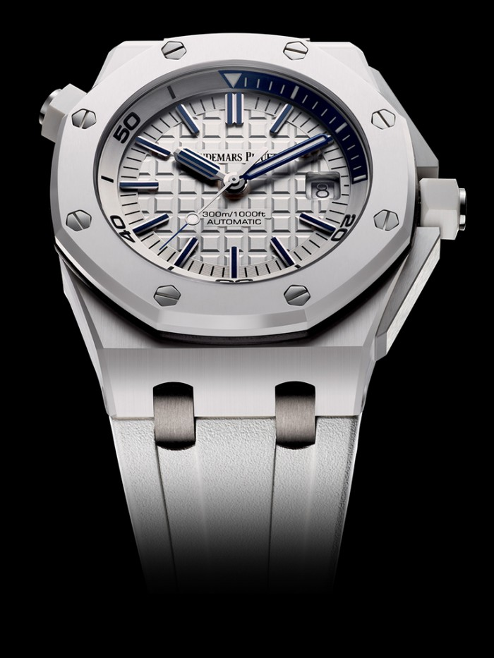 Boldly adopting the white ceramic material, this blue scale fake Audemars Piguet watch presents us a wonderful timepiece.