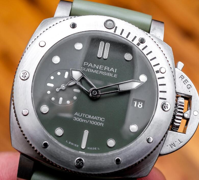 The military green dial endows the timepiece an eye-catching appearance.
