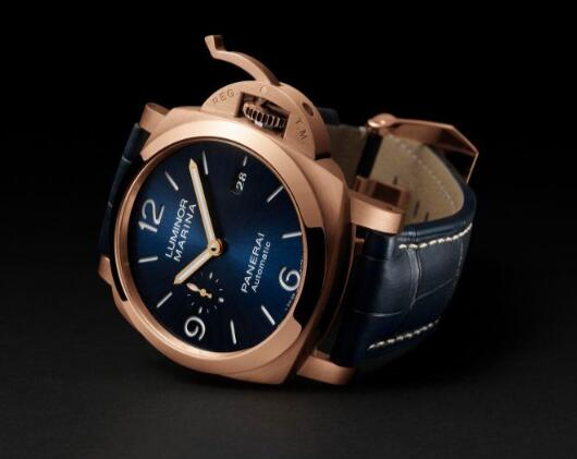 Swiss knock-off watches are attractive for the blue decoration.
