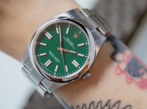 Swiss reproduction watches are attractive for the green color.